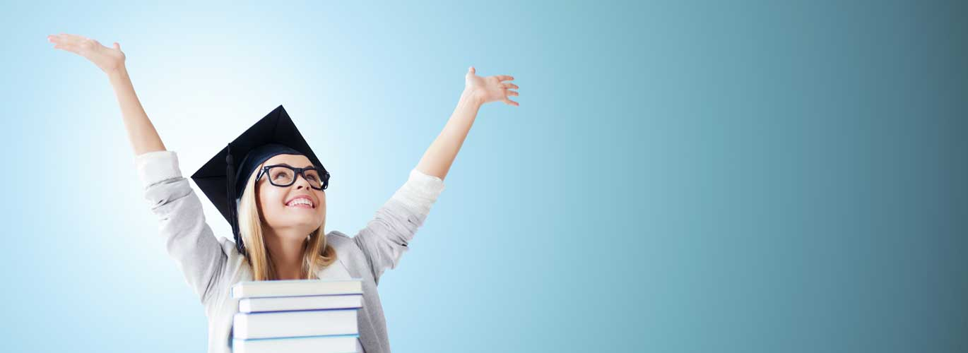 Ernährungsberater mit IHK Abschluss - Frau jubelt zum bestandenen Abschluss