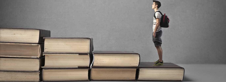 Karrierechance: Ernährungsberater - Schüler läuft eine Büchertreppe hinauf
