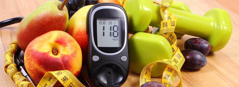 Diabetesberater - Messgerät mit gesundem Obst im Hintergrund