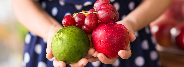 Die Ausbildung zum Gesundheitsberater - Frau hält Früchte in der Hand