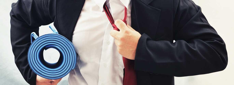 Betriebliches Gesundheitsmanagement (IHK) - Businessman mit Isomatte unterm Arm