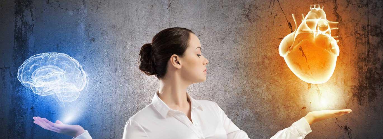Gesundheitspsychologie im Fernstudium - Frau hält Hände wie eine Waage mit Gehirnen