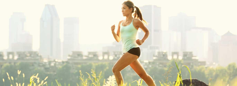 Gesundheitstourismus B.A. - Frau joggt vor Skyline