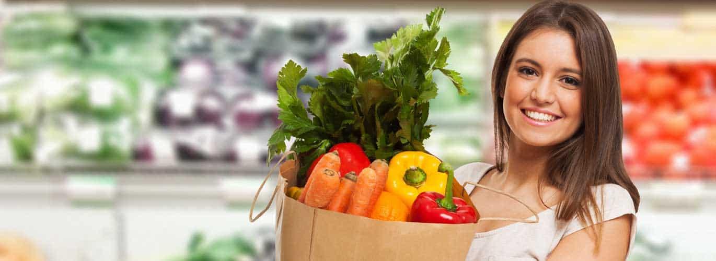 Lebensmittelberater - Frau im Supermarkt am einkaufen