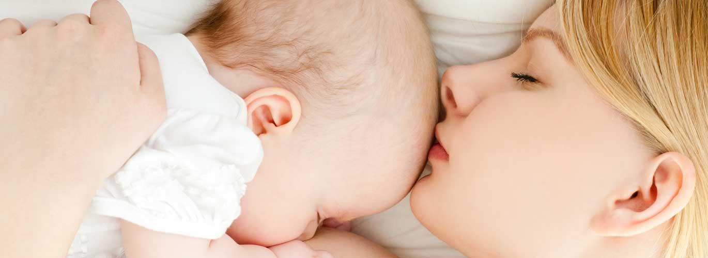 Ernährung in der Stillzeit - Frau stillt ihr Kind