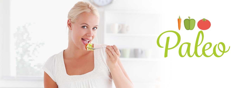 Paleo Diät - Frau isst Salat