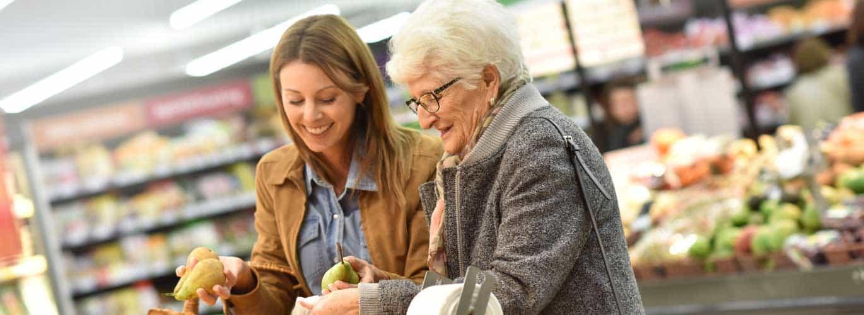 Seniorenberater-Ausbildung . Berater geht einkaufen mit Oma